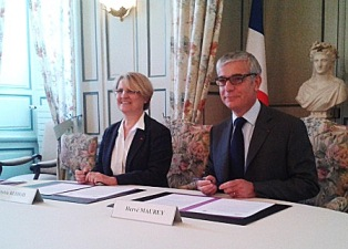 Photo de la signature de la convention